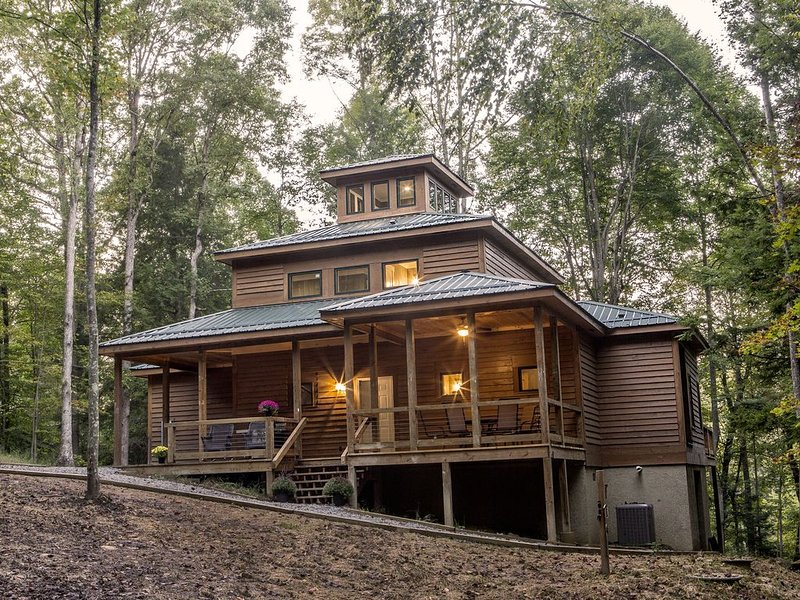 New Construction ~ 4 Bedroom, 3.5 Baths, 3 Decks, Pond View Near New River Gorge, holiday rental in Summersville