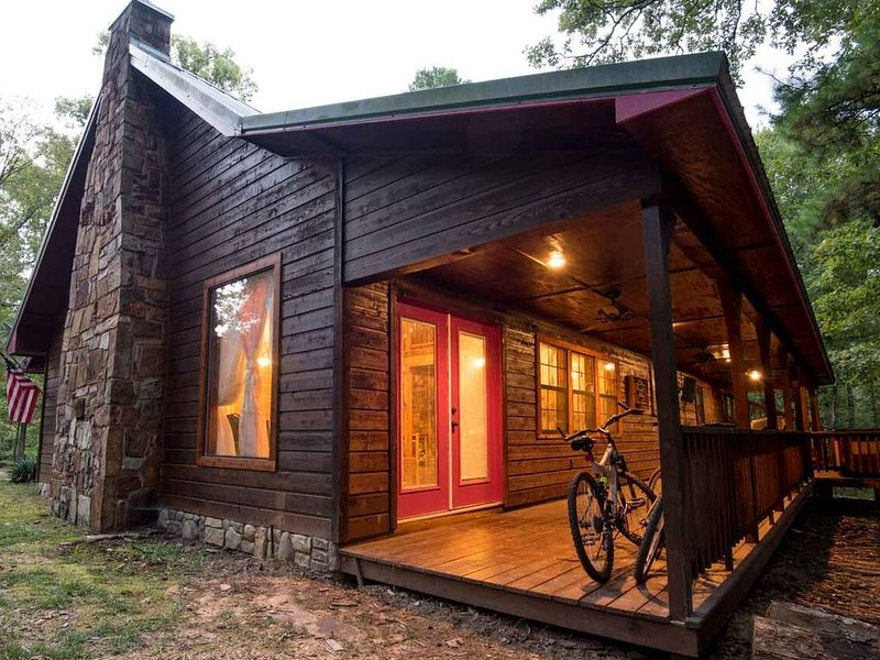 Charmed private, romantic, yet family friendly cabin  mins from Broken Bow Lake, location de vacances à Pickens