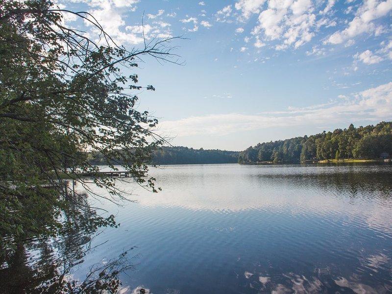 NEW - Quiet Lakefront Cabin, holiday rental in Calvert City