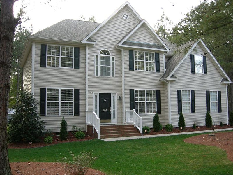 City Charmer, Walk to dinner and stores, short drive to Raleigh or Wilson, holiday rental in Rolesville