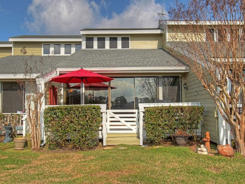 Beautiful Waterfront Condo!, holiday rental in Montgomery