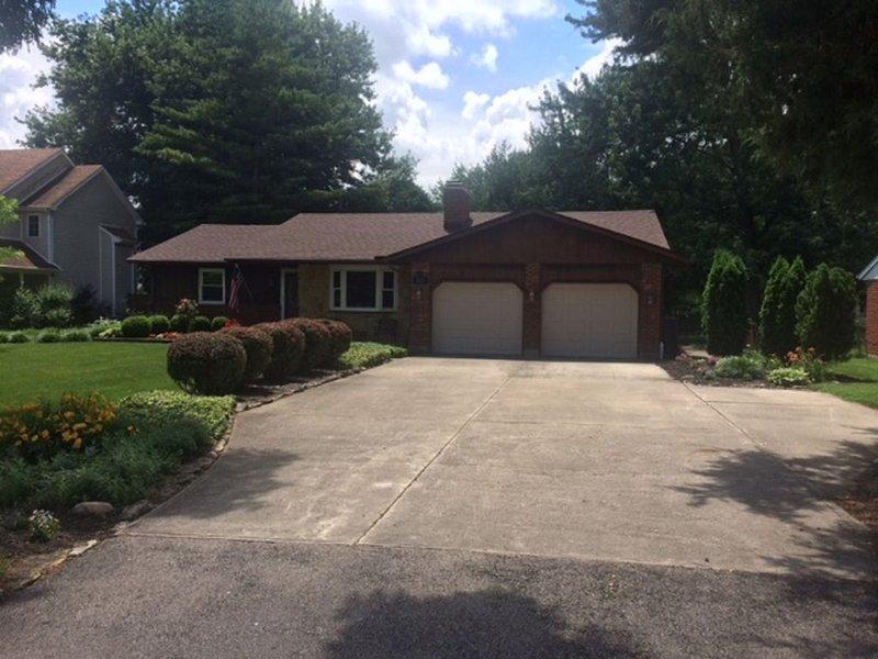 Large comfortable living area, 2 bedrooms, hot tub near Xenia/Cedarville, casa vacanza a Xenia