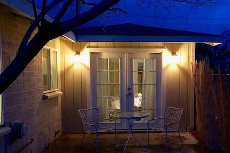 Adorable Joshua Tree Cottage close to monument., location de vacances à Yucca Valley