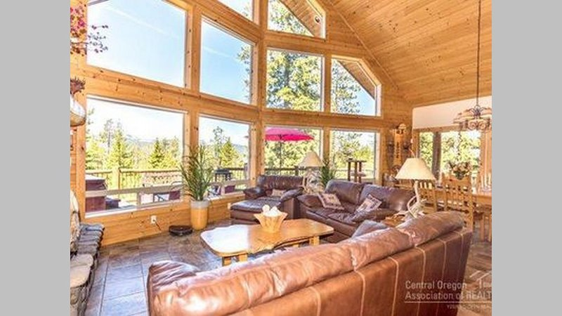 Chalet with amazing views, a hot tub, BBQ and a fireplace. Pets welcome!, vacation rental in Crescent Lake