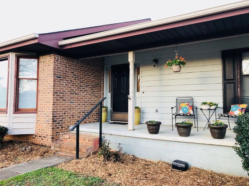 Orchids Farmhouse Estate Convenient to the City, vacation rental in Hickory Flat