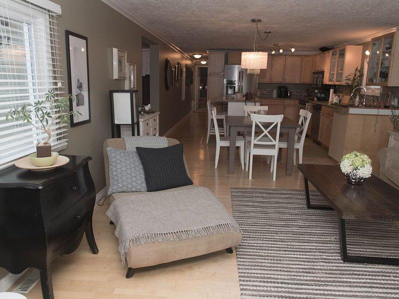 Framsidan vardagsrummet ser till köket och korridoren