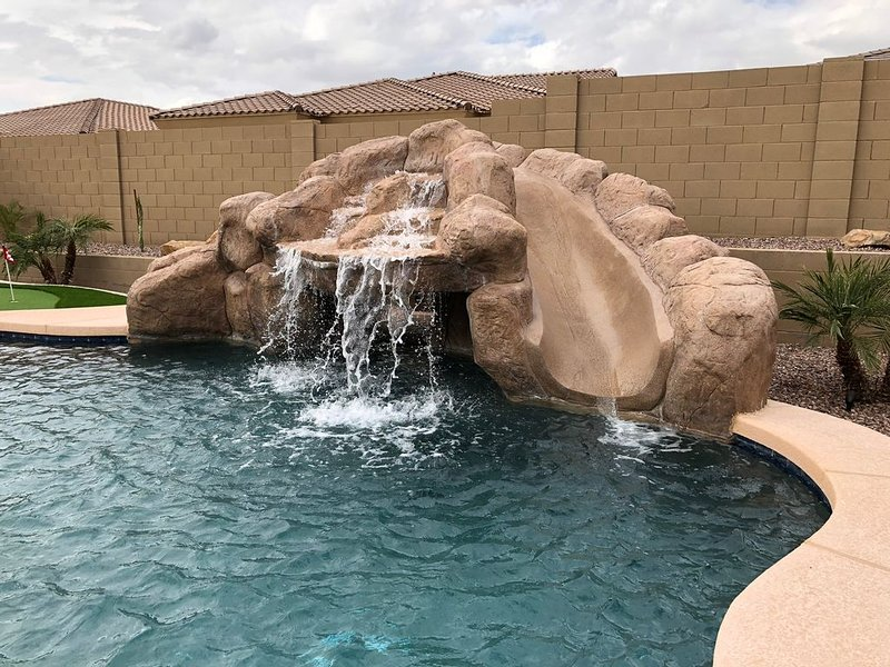 Gated Golf Course community with beautiful backyard oasis!, aluguéis de temporada em Goodyear
