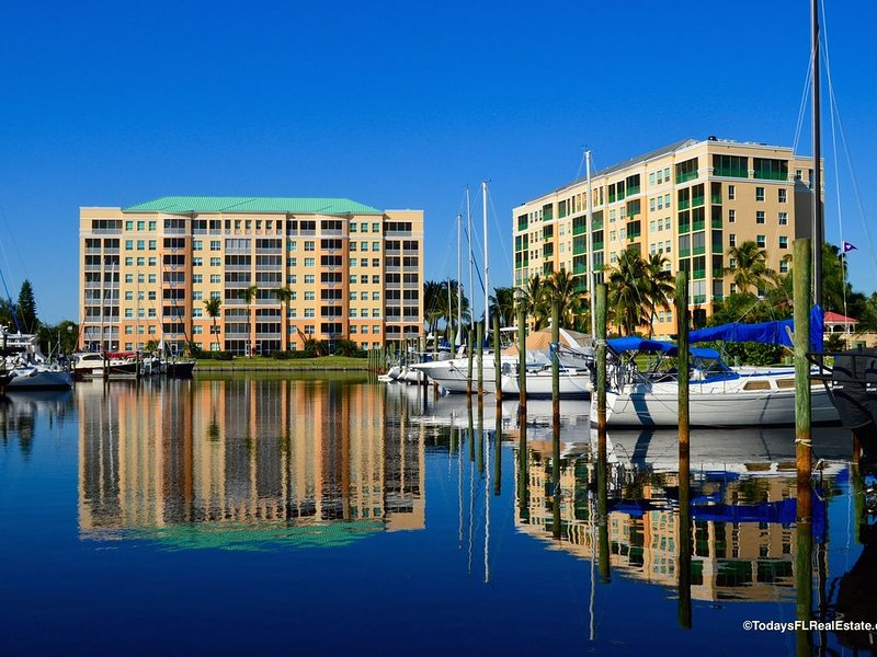 Beautiful 2 bedroom Condo located in the Harbor Towers * Burnt Store Marina, alquiler de vacaciones en Bokeelia