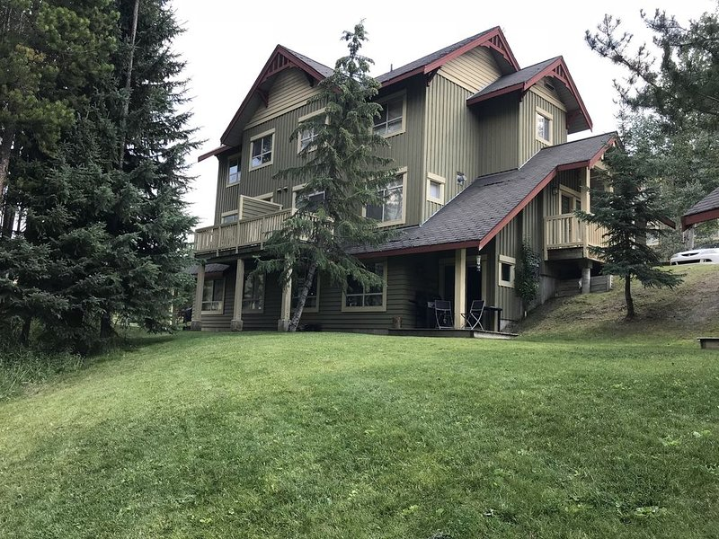Clean, comfy, cozy. True ski in/out! Newly renovated., location de vacances à Panorama