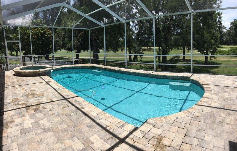 Golf & Sea, Spectacular Pool Home on Golf Course!, location de vacances à Sun City Center