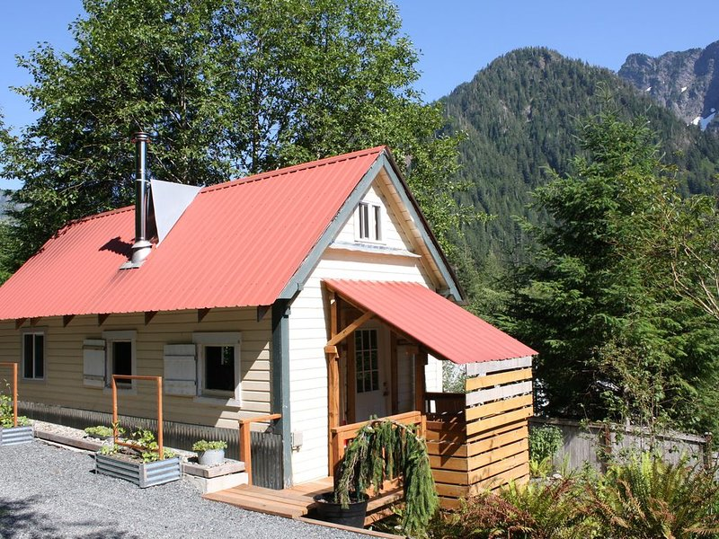 Stylish Cabin, Beautiful Scenery. Off the grid - but not too far off!, alquiler vacacional en Granite Falls