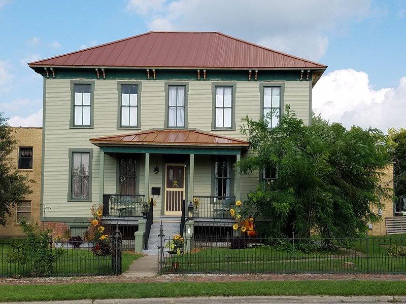 Updated historic home in a great location, alquiler de vacaciones en Champaign