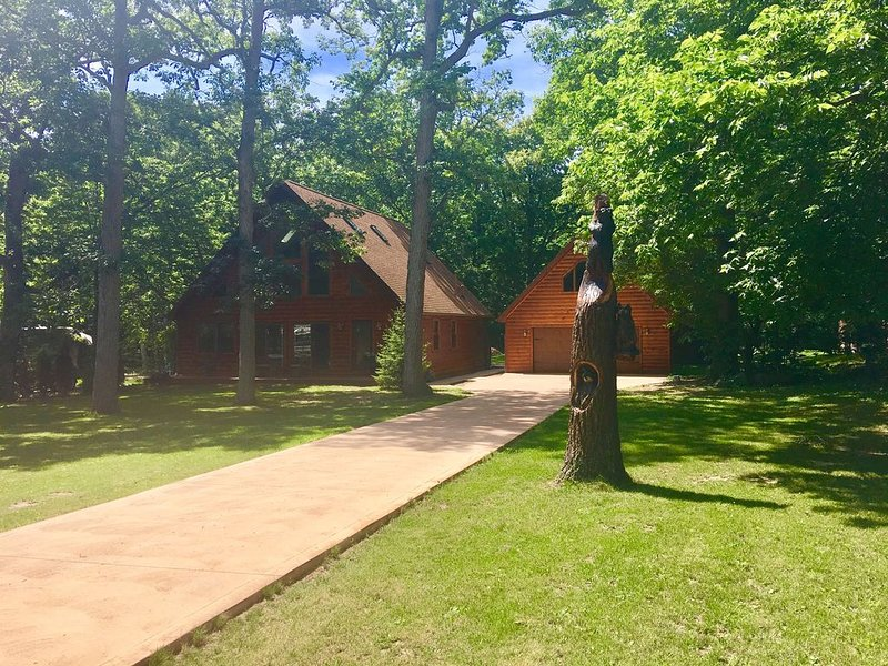 BEAUTIFUL New Modern LOG HOME! 1 mile to Miller Ferry/ Put n Bay. Island Fun!, holiday rental in Lakeside