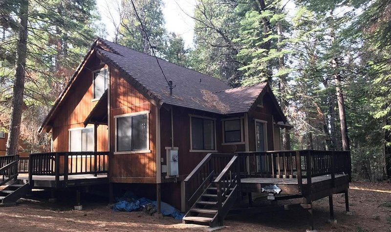 Cozy cabin 25 miles from Bear Valley skiing w/ easy access to shops/restaurants, alquiler de vacaciones en Arnold