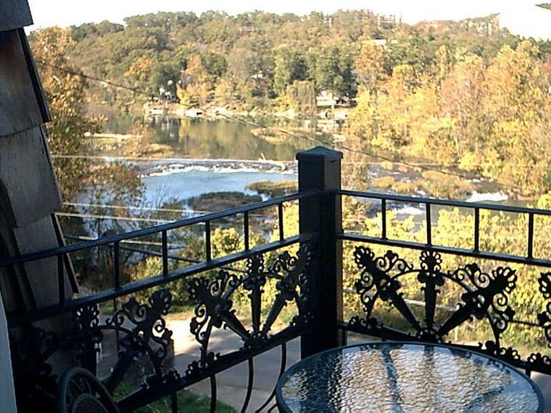 The charming French Chateau overlooks the beautiful falls of the Spring River, aluguéis de temporada em Cherokee Village