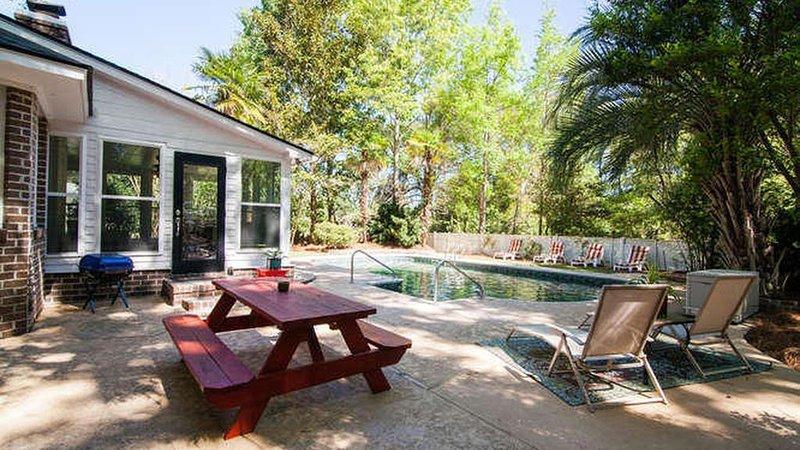 Pool. Great Location. 5 mi to Folly or Downtown, alquiler de vacaciones en James Island