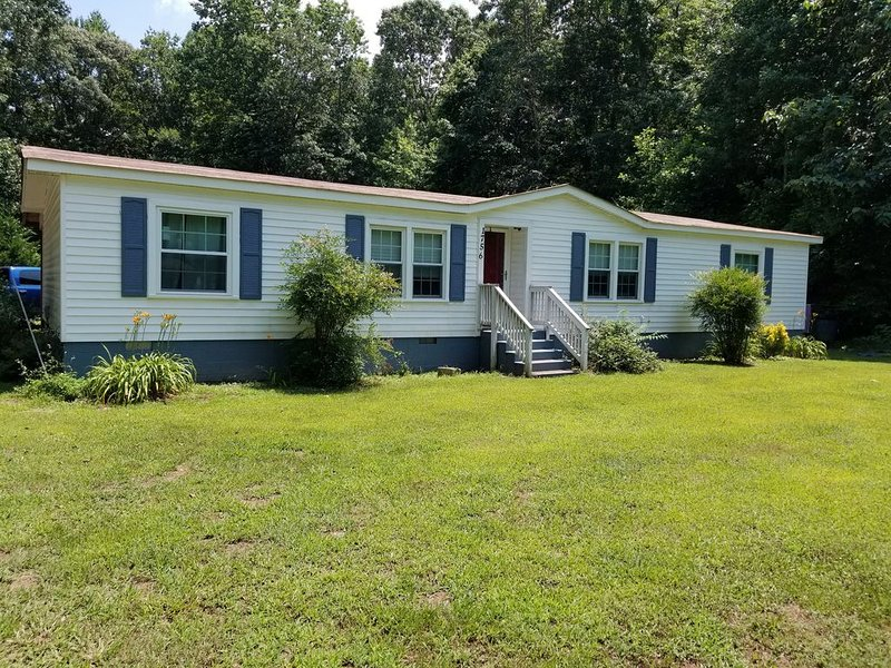 Dog Friendly Country Home Ferry Ride to Williamsburg w/o the Williamsburg Price, vacation rental in Smithfield