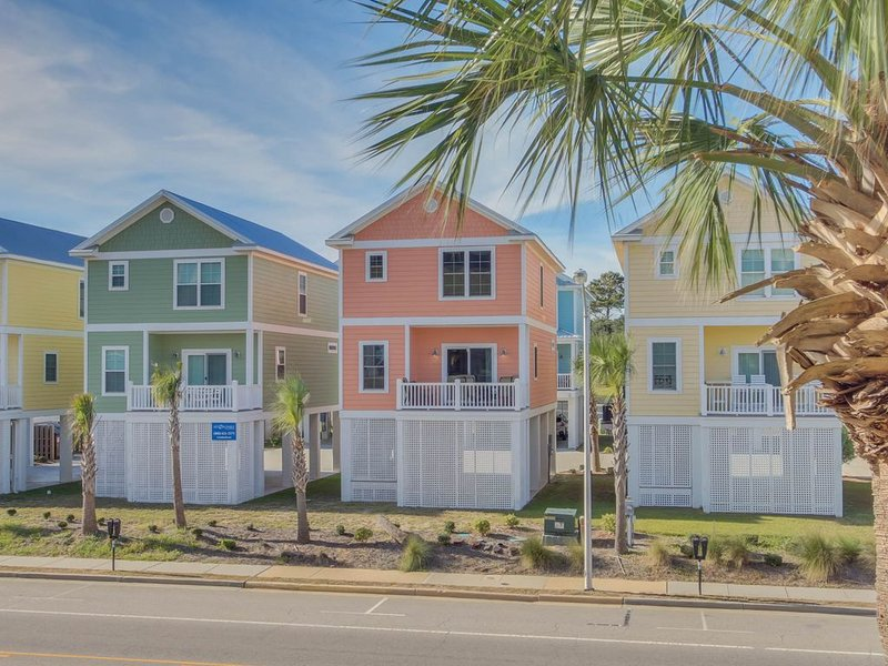 Beautiful new 4 bedroom 3.5 bath raised beach house - steps to the ocean, holiday rental in Myrtle Beach