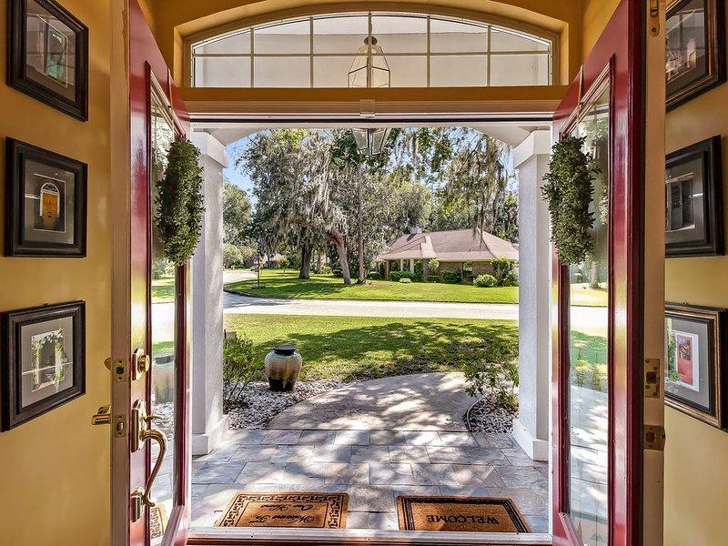 Luxurious Home w/ Spectacular Glass Room & Patios- free Wifi, aluguéis de temporada em Orange Park