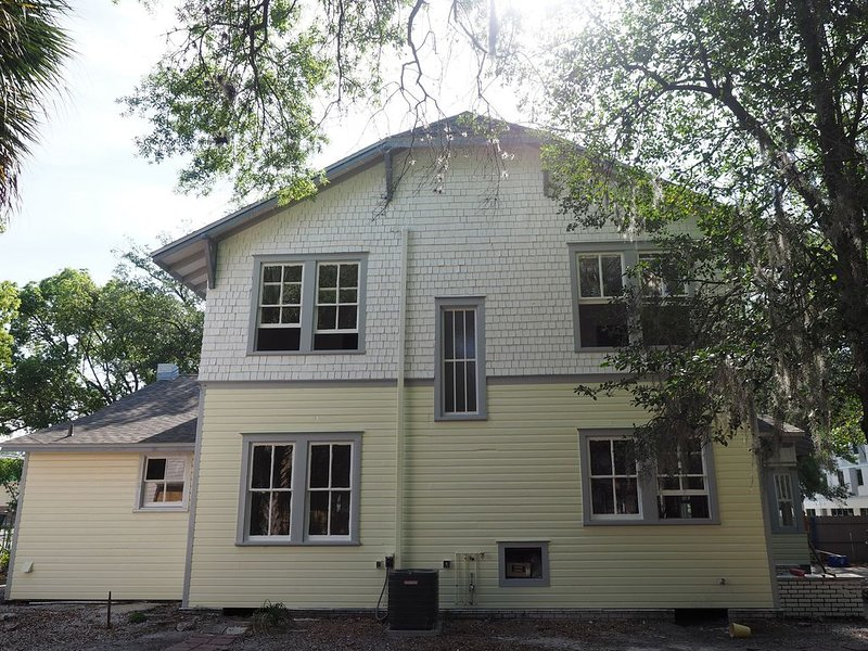 Next to UF and Downtown Amazing Location High End 5/5.5 Victorian House, holiday rental in Gainesville
