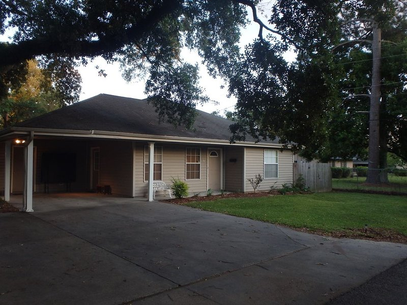 Perfect Location for UL & Downtown Activities, holiday rental in Breaux Bridge