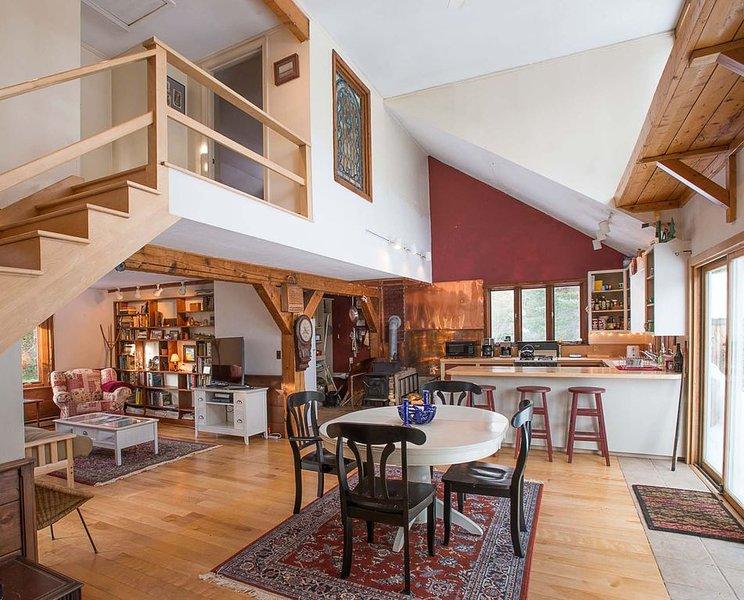 Four Season, Pet Friendly,  Ski Cottage 8 miles from Sugarloaf Resort. Cozy., alquiler de vacaciones en Eustis