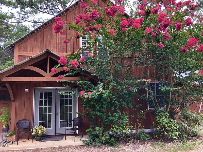 Unique farm guest house close to Chattanooga, TN- great for families and dogs, vakantiewoning in Chickamauga