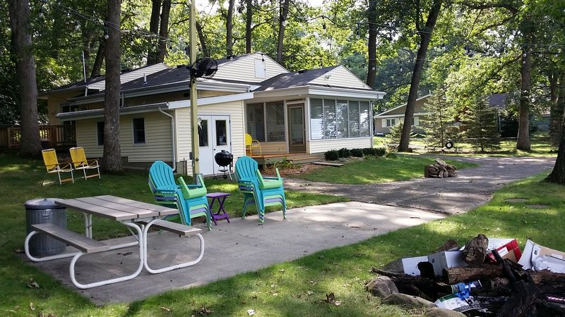 Adorable 2 bedroom 1 bath sleeps 6  Rock River/ Lake Koshkonong, holiday rental in Janesville