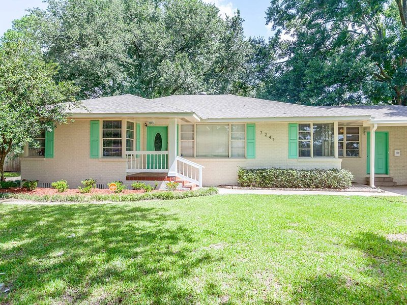 Paris In Mid-City BR -Entire Home & Attached Suite, holiday rental in Baton Rouge