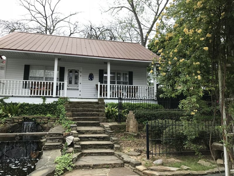 BESSIE'S LANDING - Charming Cottage in Jefferson, TX Historic District, location de vacances à Jefferson