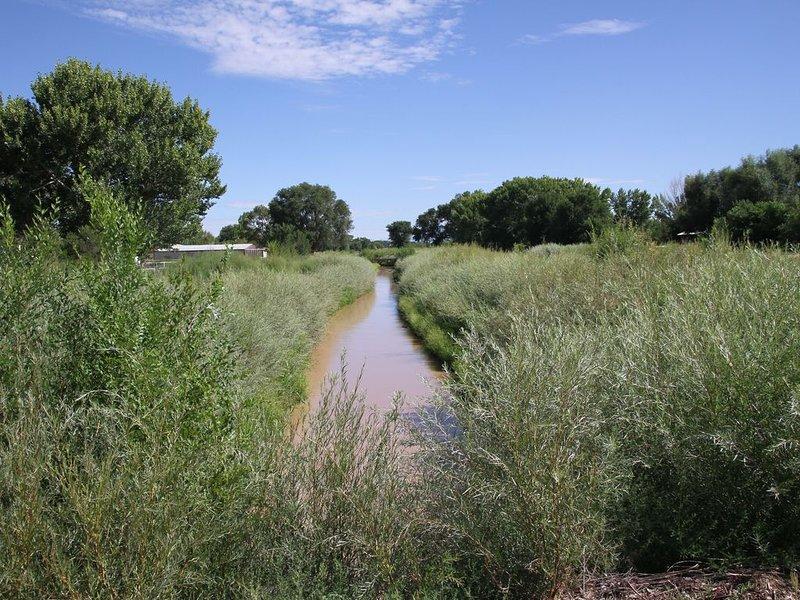 Más vistas de la zanja de riego y senderos.