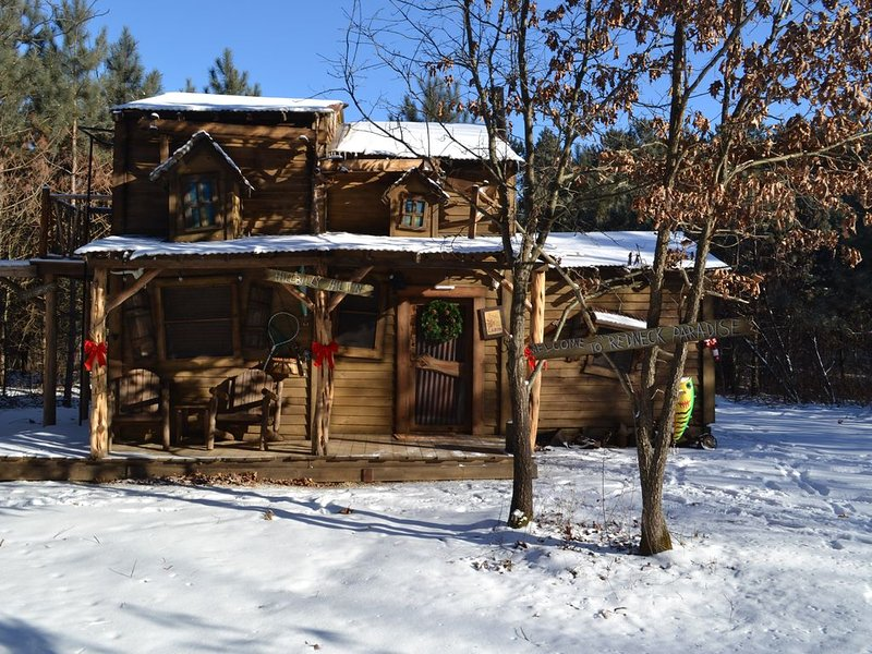 Hillbilly Hilt'n Cabin Tucked in the woods! - Close to the Dells! Sleeps 7, casa vacanza a Mauston