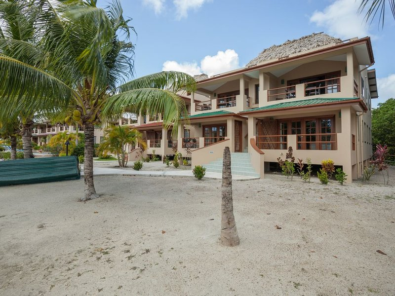 Beautiful Brand New Townhome Overlooking the Caribbean, alquiler de vacaciones en Placencia