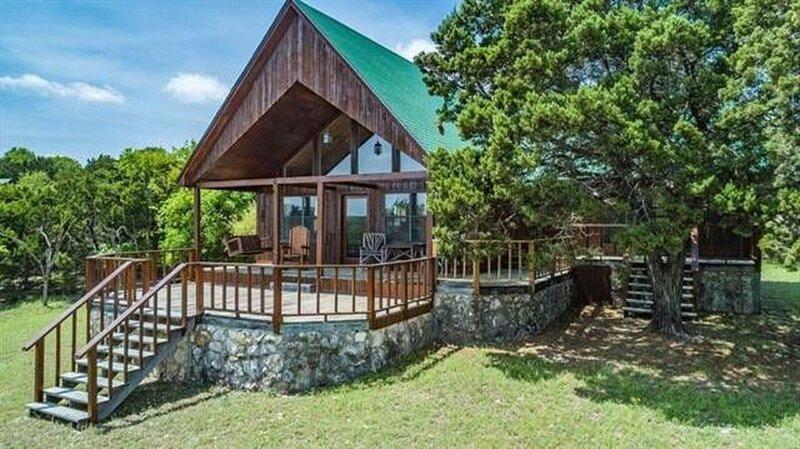Family Fun, Deck, Firepit, Outdoor Activities, Lake Access only a 5 min drive!, casa vacanza a Clifton