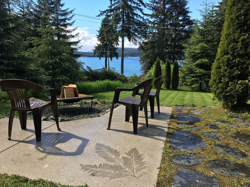 Private house with a view of Auke Bay harbor!, casa vacanza a Douglas