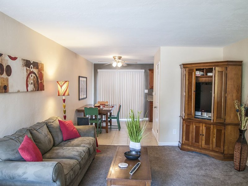 Attractive, Comfortable, Longer Stay Apt near Downtown, Medical & Conv Cntr #2, holiday rental in Visalia