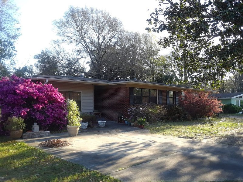 Charming ranch style home with a private patio in quiet neighborhood., holiday rental in Milton