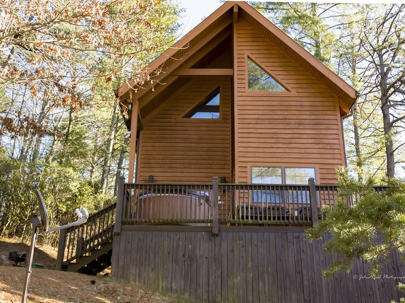 5th night FREE Beautiful Cabin w HOT TUB  1 mile to Parkway! Walk to Waterfalls, alquiler de vacaciones en Blowing Rock