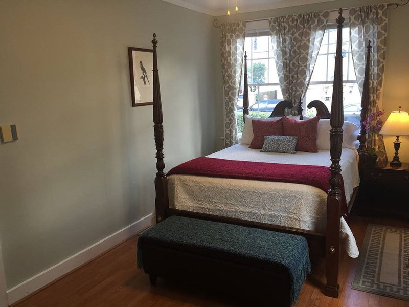 Adorable Quiet Retreat Pvt Courtyard on St. Car Line, holiday rental in Saint Rose