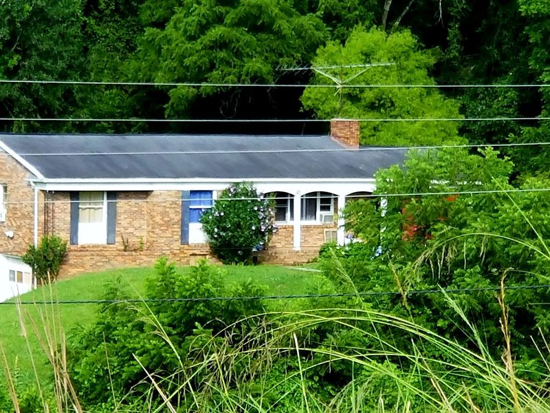 10 Acres; Blue Ridge Mnt Views, Nature Abounds, Ferienwohnung in Mars Hill