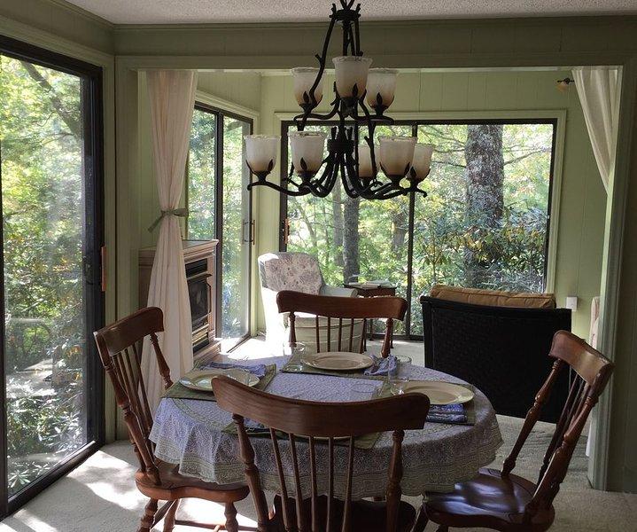 Lake House Retreat - in the Beautiful NC Mountains, location de vacances à Newland