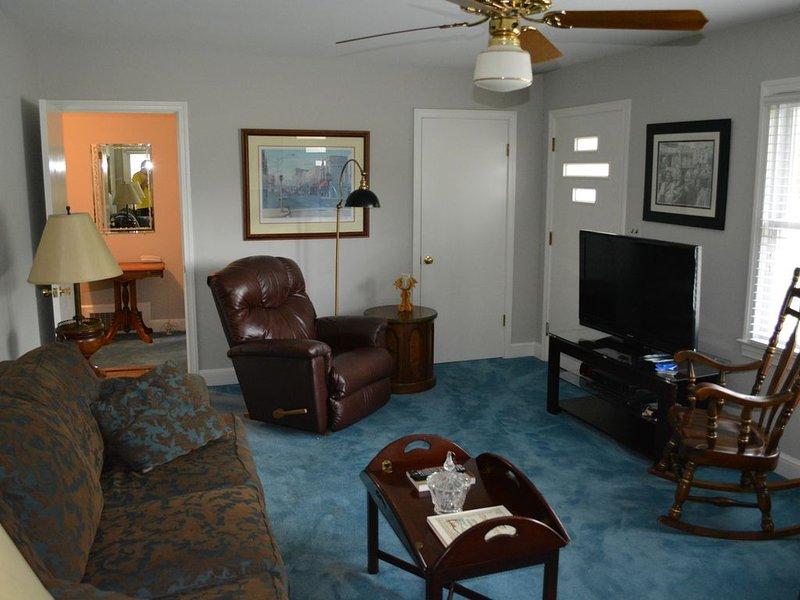 Sala de estar con TV. Fotos en toda la casa celebran Mt Airy y la región.