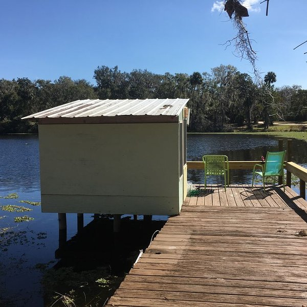 Lakefront home ready for fun  & relaxation: sleeps six w/two full baths!, vacation rental in Satsuma