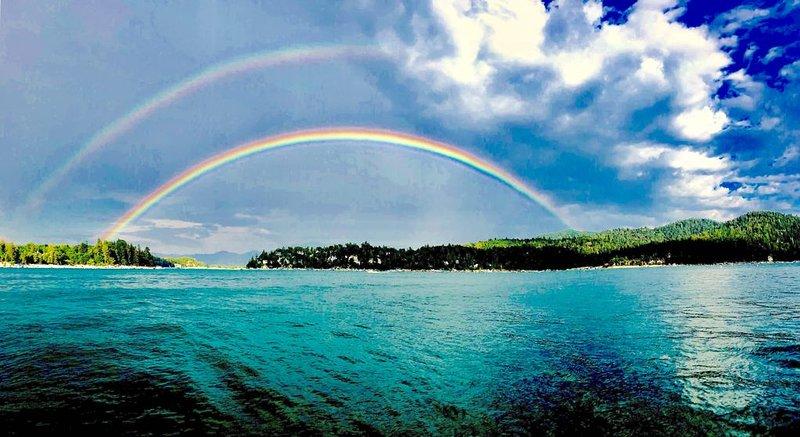 Double journée arc-en-ciel au bord du lac