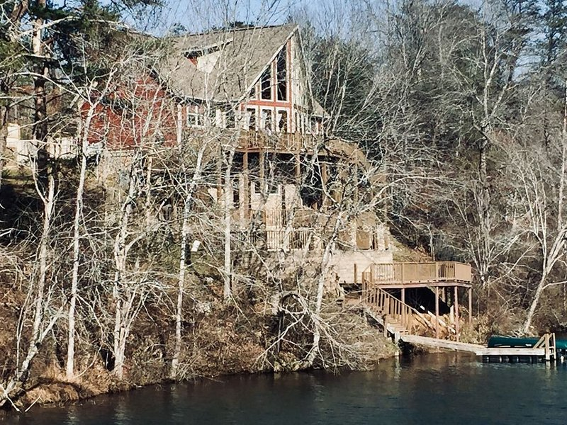Gorgeous Views of Lake and River one of a kind property sitting on the dam, holiday rental in Mentone