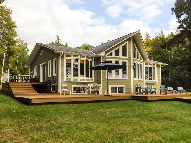 Lakefront Cottage Sandy Beach Spectacular Sunsets., vacation rental in Lac-des-Plages