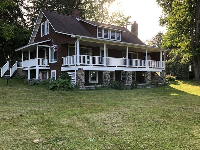 Lake view home 3 minute walk from Institute on .7  acres with swimming dock ., vacation rental in Chautauqua County