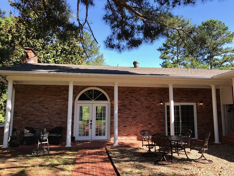 CREEK SIDE VILLA LOCATED PERFECTLY BETWEEN HOT SPRINGS VILLAGE AND HOT SPRINGS!, vacation rental in Hot Springs Village