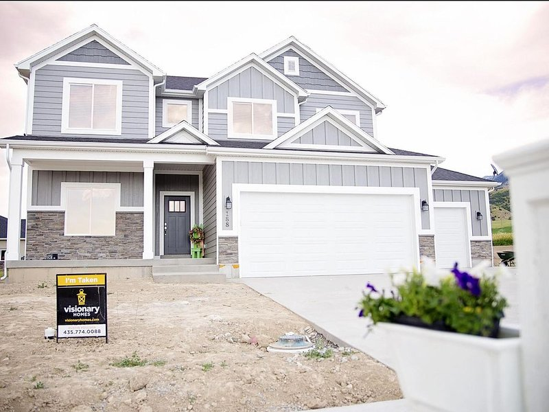 BRAND NEW Basement Apartment in BRAND NEW Home, holiday rental in Garland