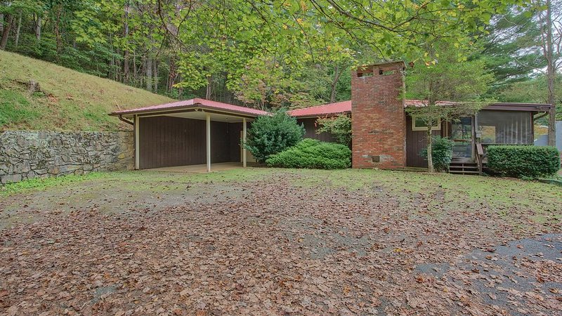 Cute Cottage w/ Fenced Yard, View, Firepit, Screened Porch, Carport, Private, alquiler de vacaciones en Waynesville